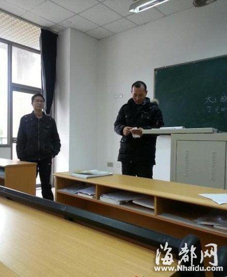 网友在论坛晒出的赵老师点钱奖励给学生的照片