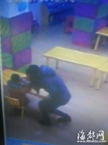 视频监控中,蔡女士接近小祥,用手指拨弄小祥的脸