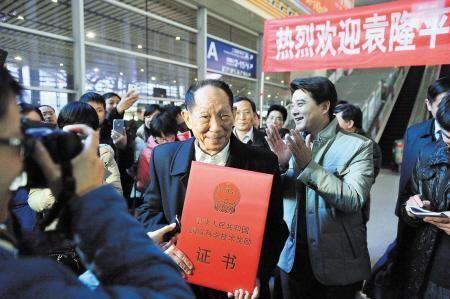 昨日下午,长沙火车南站,袁隆平院士及其团队载誉回湘,受到家乡人民和媒体的热烈欢迎。陈飞 摄