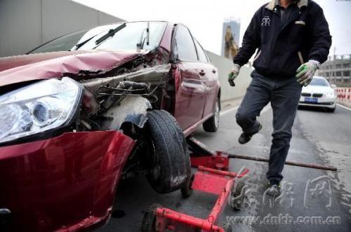 拖车将占道的事故车辆拖走,缓解路面堵车情况
