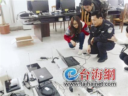 办案民警向媒体记者介绍伪基站的运行原理