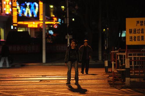 博士走在街上,对自己的现状很着急。摄影|关铭荣