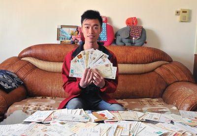 """黄江言这几年来收到了来自世界各地""""沙发客""""寄来的几百张明信片"""
