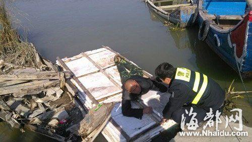 醉酒男子在筏子上睡着了,被民警拉到岸边才醒来