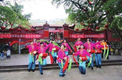 村民在福州名胜古迹白马王庙前欢庆佳节