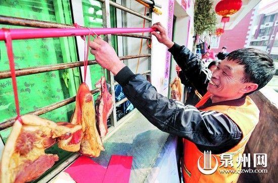 黄前云依四川老家风俗,过年做腊肉。