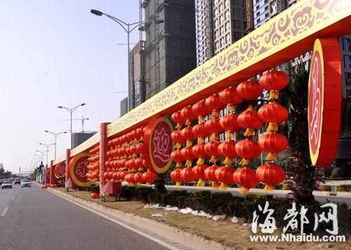 北江滨大道路中央花圃,大红灯笼高高挂