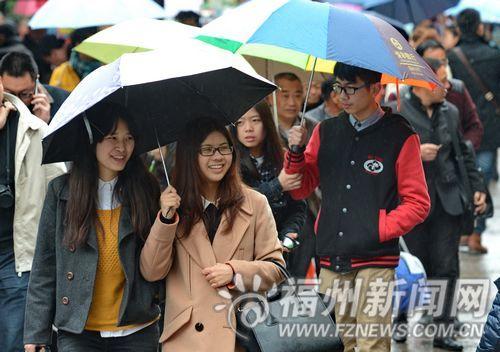 5日,福州天气阴冷小雨,依然有许多游客在景区里游玩