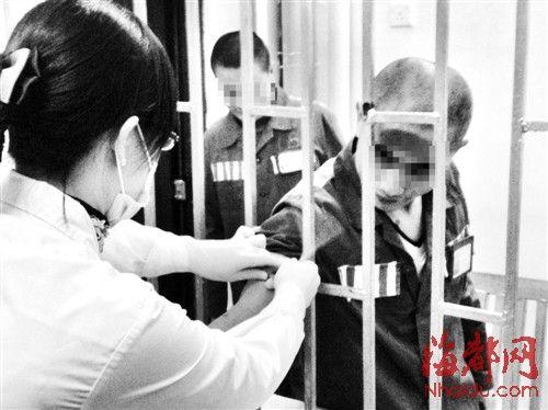 省血液中心工作人员在监狱为两个弟弟抽血,进行配型
