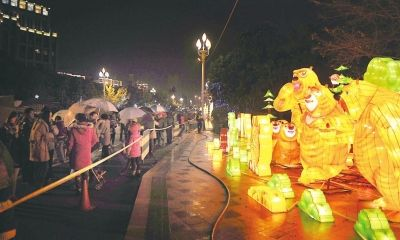 福州南江滨的仓山灯区吸引了许多市民冒雨观灯
