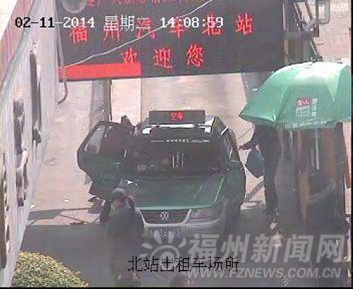 监控视频记录了该司机下车拿乘客行李的过程