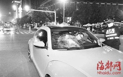 肇事车辆停在湖东路与五四路交叉口中间,挡风玻璃被撞裂,女司机已下车,接受调查