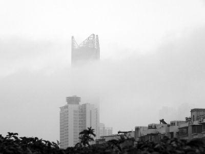昨天上午9时许,福州台江茶亭世贸大楼中间被云雾遮挡,露出顶端一部分,在云雾中若隐若现  感谢读者何小军供图奖励30元