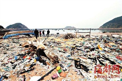 连江赤才村海滩上,海漂垃圾成堆
