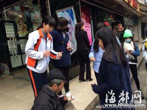 女孩(右前一)帮老人擦血迹后,和其他女生一起递水