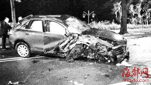 保时捷卡宴撞花圃,车身损毁严重