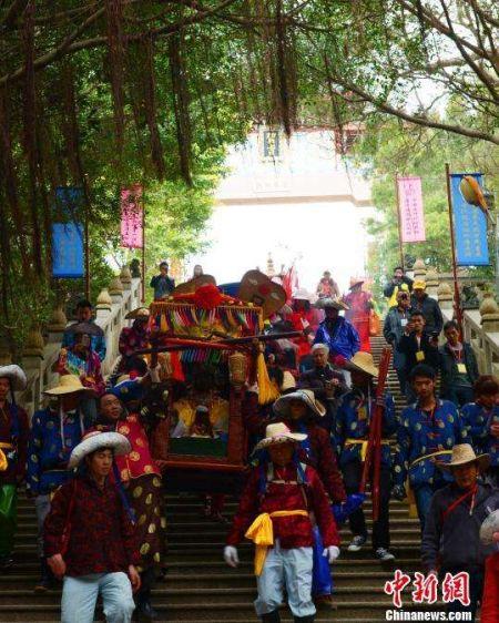 湄洲妈祖祖庙举行集体婚礼 高亚成 摄