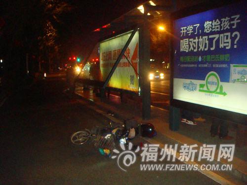 公交站广告窗突然弹起砸伤骑车男