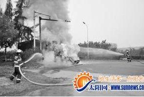 小轿车被熊熊大火完全包裹,拖头车车头也被引燃。消防供图