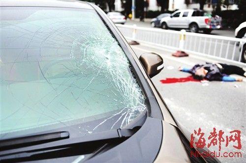 车前玻璃破碎,可见当时撞击猛烈