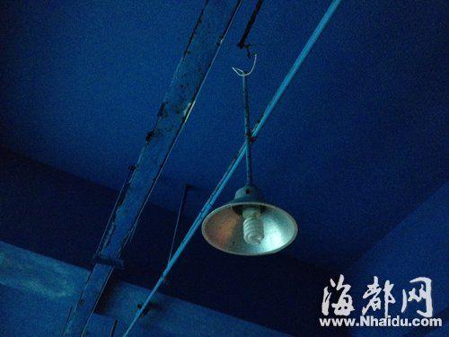 家属称,掉落泳池的是这盏照明灯