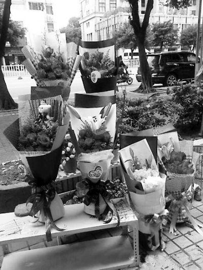 微博上,女生节玫瑰花包装的样品陈列图片