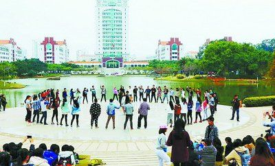 """厦门大学学生组织的快闪活动。(网友""""@厦门大学微博协会"""" 摄)"""