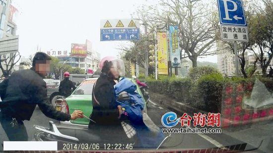 小偷﹃镊﹄包瞬间,被后面车辆的行车记录器拍到了