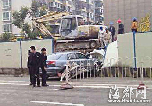 福州福光南路,小车撞进地铁围挡