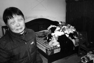 ▲为了治病,家里连衣柜都卖了,衣服散乱地铺在床上