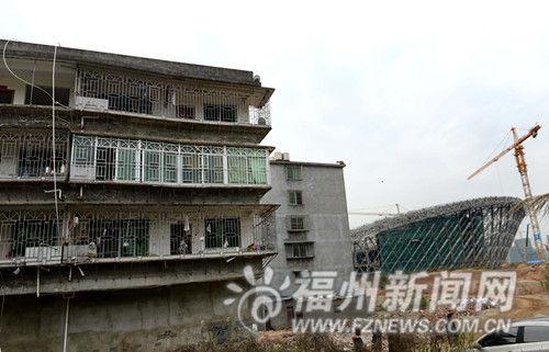 违法建筑已成为海峡奥体中心(右)顺利施工的一大障碍。