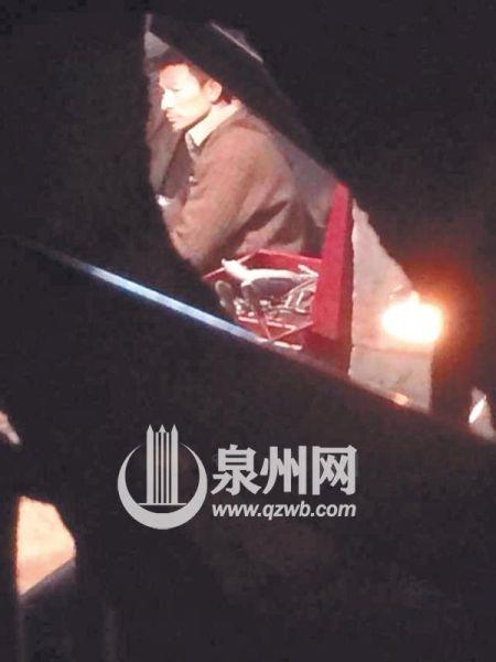 网友在齐云路一家维修厂内偶遇正在拍戏的华仔