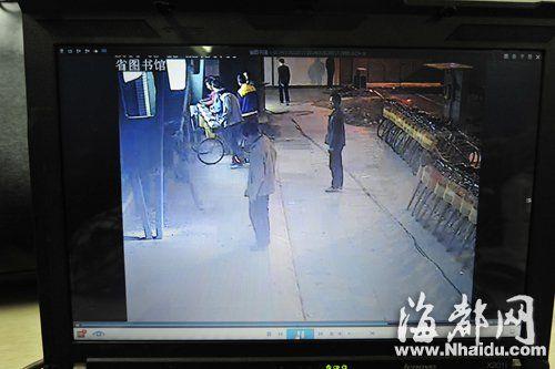 视频显示,15日22点30分左右,有人开始拆便民自行车棚