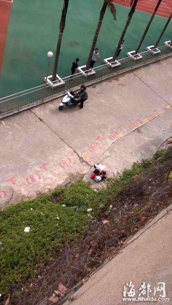 看到孩子坠下,两名路人连忙上前抱起他,往医院狂奔(感谢网友供图)