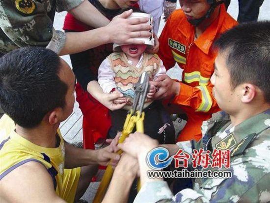 水管接头套住女童脑袋 消防员来解救