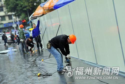施工人员在古街路面进行围挡施工