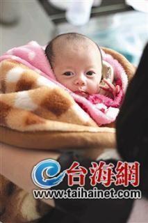 小梅怀抱可爱的大女儿儒儒