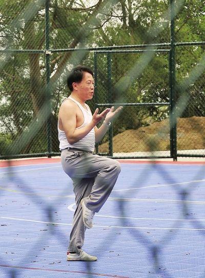 家住西园的吴先生每天都会到山顶的篮球场内锻炼身体