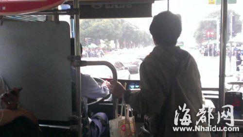 依姆一直找公交司机闲聊,乘客拿手机拍下