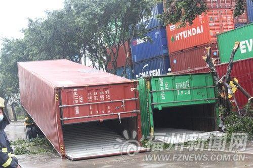 大风掀翻3集装箱 工人骑车路上被砸死