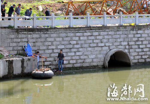 民警组织工作人员打捞浮尸