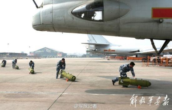空军地勤为轰炸机装弹。