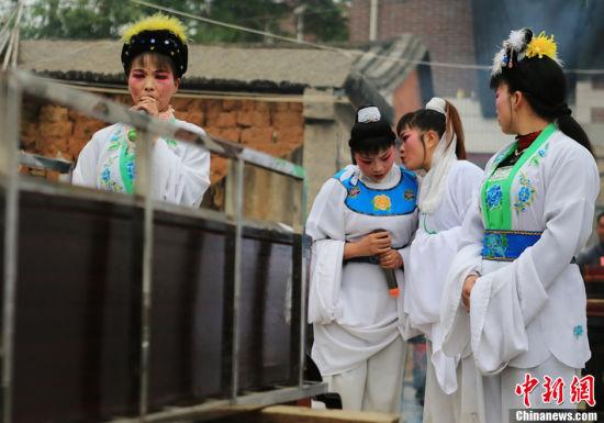 4月2日,福建南安梅山,哭丧的女人。哭灵前,与同伴沟通好流程和内容。