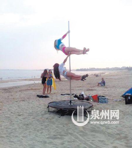 惠安西沙湾几个女孩大跳钢管舞 游客争相拍照