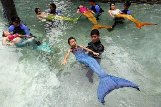 """整个教学过程长达45分钟,包括教授基本的游泳技能、如使用""""鱼尾"""",以及恰当的呼吸技巧。"""