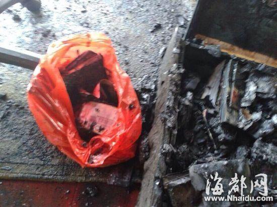 装塑料袋里的3万元现金都被烧成灰