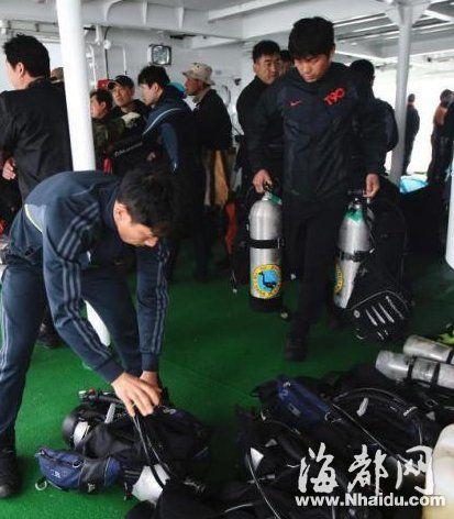 """当地时间2014年4月19日,韩国珍岛,救援人员准备潜入水中,进入沉没""""岁月""""号客轮船体进行救援。"""