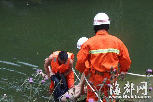 消防人员将溺水的学生捞起