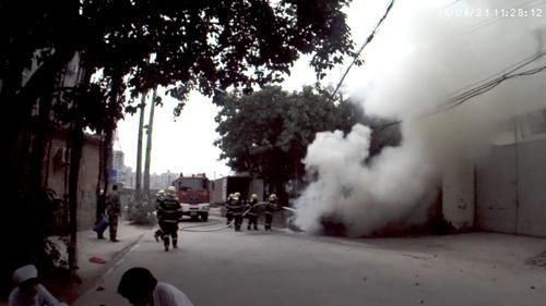 警民联手抢救自燃轿车