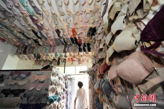 图为陈清祖的文胸收藏馆